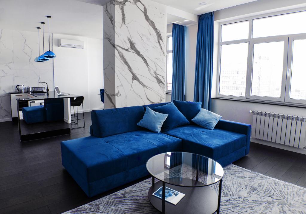 Ambiente com a cor do ano Classic Blue e o padrão Vulcano